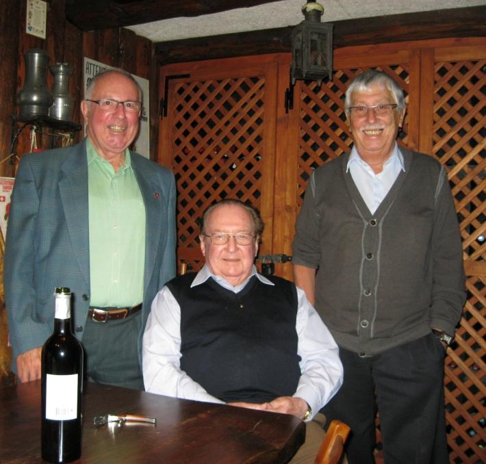 Mais, il y a seulement quatre verres..... Albert, malgré sa bonne forme, fait attention... Boire ou recevoir des amis,il faut choisir.... On apprend beaucoup lors de nos visites des nonagènaires.....